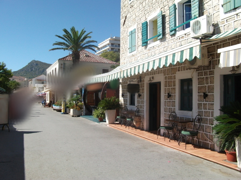Impression of the promenade of Sutomore with small supermarkets, restaurants and bars.